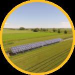 panel surya dipasang di area persawahan terbuka untuk pengairan tenaga surya