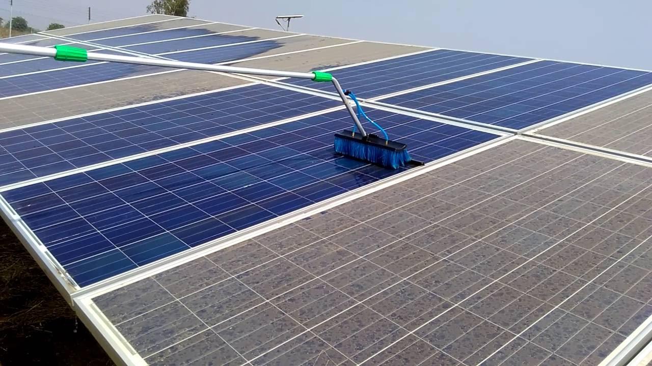 cara membersihkan panel surya